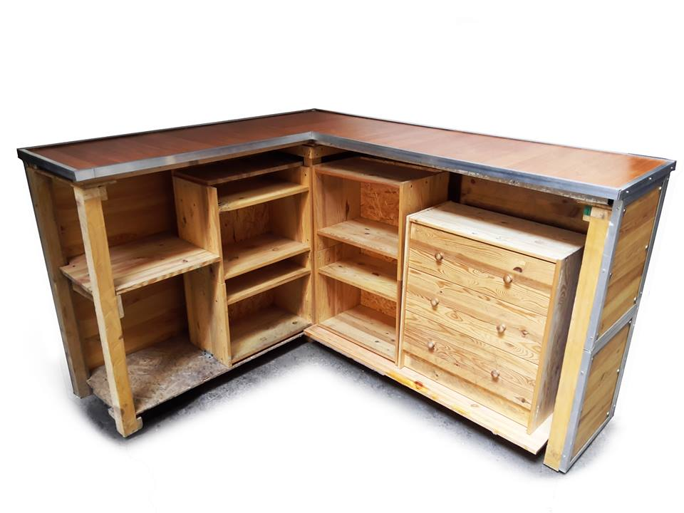 bancone in legno ad angolo x negozi con ripiani